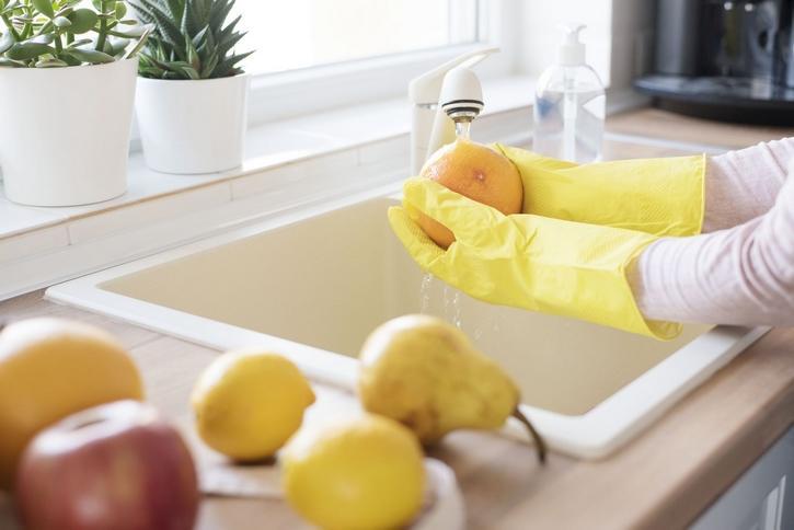Jak dezynfekować żywność po powrocie z sklepu? Nowe zalecenia