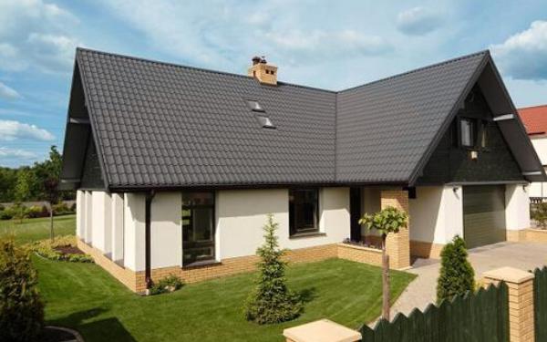 Dachówka czy blachodachówka? Które pokrycie dachowe jest lepsze?